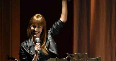 Premios Provinciales de Teatro: La brinkmanense Maria Emilia Leonardi levantó su estatuilla por 'Mejor Diseño Vestuario'