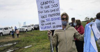 Banderazo en Entre Ríos en contra de la ocupación del campo de la familia Etchevehere